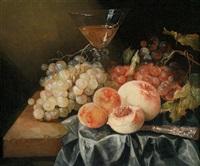 stillleben mit pfirsichen, trauben und einem gefüllten weinglas by abraham van beyeren