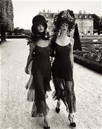 walking in paris, linda evangelista & kristen mcmenamy, vogue, october by steven meisel