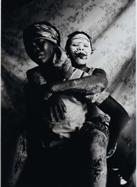 femme portant un enfant by sergio santimano