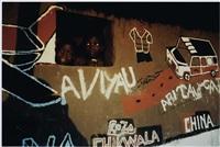 têtes d'enfants apparaissant dans l'encadrement d'une fenêtre by sergio santimano
