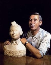 portrait du dessinateur georges rémi, dit hergé, père de tintin avec le buste en marbre de son héros by robert kayaert