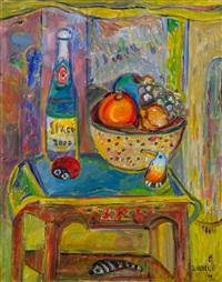 owoce, butelka i zabawki na stole by judyta sobel
