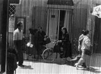 scène de rue à travers un rideau de perles by ezio armellini