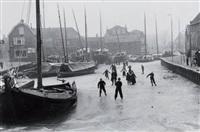 patineurs sur le canal, hollande by edouard boubat