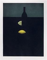 bouteille avec citrons jaunes dans la pénombre by yozo hamaguchi