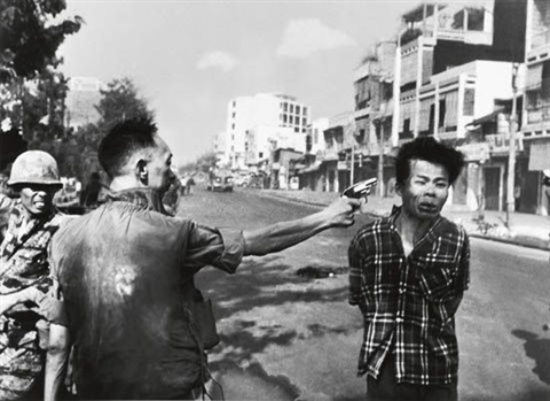 general nguyen ngoc loan executing viet cong prisoner nguyen van lém, saigon by eddie adams