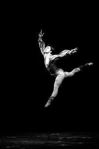 mikhail baryshnikov danse au théâtre des champs elysées, le 19 octobre by francis apesteguy