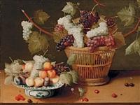 panier de raisin et fruits dans un plat en delft by isaac soreau