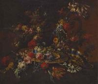 großes blumenstillleben mit reliefierter kanne, vergoldeter silberplatte und tazza by anonymous-italian (17)