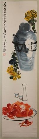 rollbild mit chrysanthemen deckelvase sakeflasche mit gläsern und teller mit krebsen by qi liangsi