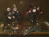 stilleben mit blumen in zwei gläsernen vasen, zitrone, oliven und artischocken by astolfo petrazzi