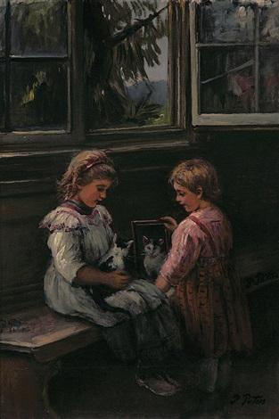 Zwei Kleine Mädchen Zeigen Einem Kätzchen Sein Spiegelbild Von
