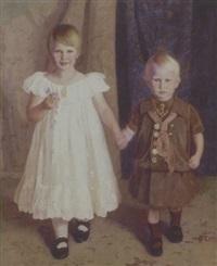 portraet af et soskendepar, staende i hvid kjole og matrostoj by jorgen aabye