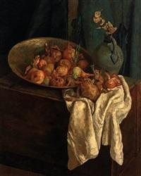 stilleben mit zwiebeln in schale, steinzeugkrug und weißem tuch by kees van der laan