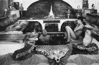 curd jürgens und seine ehefrau simone im badezimmer by emil perauer