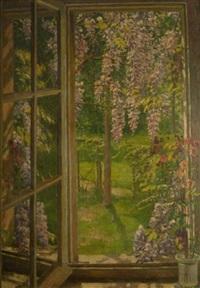 am fenster. blick auf einen frühlingsgarten mit blühenden glyzinien by august blunck