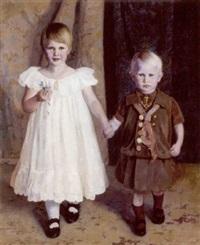 portræt af et soskendepar. pigen hvid flæsekjole med dagmarkors om halsen, drenden i mastrostoj by jorgen aabye