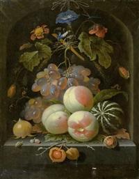 früchte- und blumenstilleben mit trauben, pfirsichen, melone, klatschmohn und insekten in einer steinnische by abraham mignon