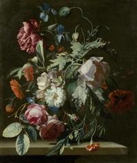 rosen, mohnblumen, iriden und andere blumen in einer vase auf einer steinplatte by simon pietersz verelst