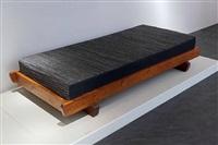 lit bas à cadre en mélèze reposant sur 2 pieds transversaux by charlotte perriand