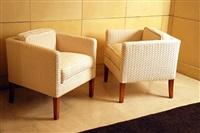 paire de fauteuils cubiques à dossier bas reposant sur des pieds en sycomore by jean-michel frank