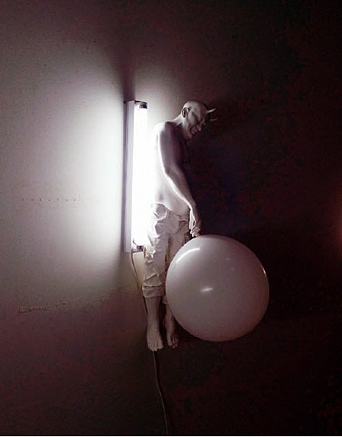 gianni silvani with white balloon by bernardí roig
