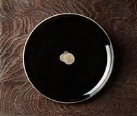 assiette en bois laqué noir et argent by eileen gray